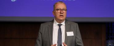 Ein Bild von Andreas Weiss, das den Geschäftsbereichsleiter Digitale Geschäftsmodelle beim eco Verband zeigt, wie er auf einer anderen Veranstaltung eine Rede hält.